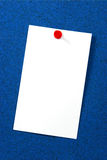 Scheda vuota sopra sughero blu Fotografie Stock Libere da Diritti