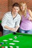 Schede di gioco caucasiche delle coppie su un biliardo Fotografia Stock