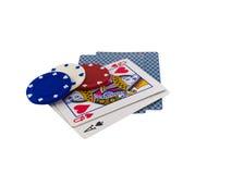Schede di gioco con i chip di mazza su bianco Fotografia Stock