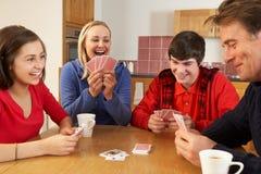 Schede di gioco della famiglia in cucina Fotografia Stock Libera da Diritti