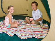 Schede di gioco della sorella e del fratello in tenda Immagini Stock Libere da Diritti
