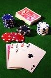 Schede di gioco e chip di mazza Fotografia Stock Libera da Diritti