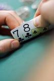 Schede di gioco in mani Fotografia Stock