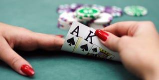 Schede di gioco in mani Fotografia Stock Libera da Diritti