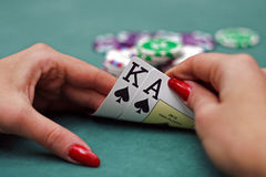 Schede di gioco in mani Fotografie Stock Libere da Diritti