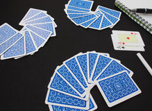 Schede di gioco, vestito della scheda Piattaforma delle carte da gioco blu sopra fondo nero Immagine Stock Libera da Diritti