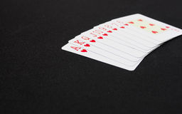 Schede di gioco, vestito della scheda Piattaforma delle carte da gioco blu sopra fondo nero Fotografie Stock Libere da Diritti
