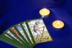 Schede di Tarot con le candele sulla tessile blu Fotografie Stock Libere da Diritti