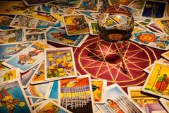 Schede di Tarot con una sfera magica. fotografie stock