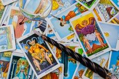 Schede di Tarot con una sfera magica di magia e della bacchetta. Fotografia Stock Libera da Diritti