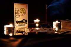 Schede di Tarot Natura morta con i trucchi e le candele di fortuna immagine stock libera da diritti