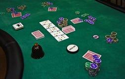 Schede e chip di gioco su una tabella Fotografia Stock