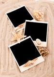 Schede e lle coperture sulla sabbia con le righe Fotografia Stock