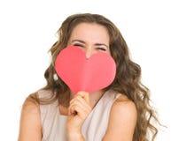 Schede nascondentesi di giorno di biglietti di S. Valentino della giovane donna Immagini Stock