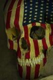 Schedel in de kleuren van de Amerikaanse vlag wordt geschilderd die stock afbeelding