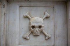 Schedel en beenderen op het graf in Bulgarije Royalty-vrije Stock Foto's