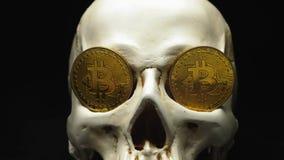 Schedel met bitcoinsymbolen stock videobeelden