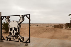 Schedel op de voordeur van de woestijn Stock Foto's