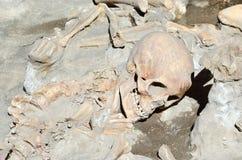 Schedel van oud geleden overledene in de ruïnes van Ercolano Stock Afbeeldingen