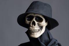 Schedel in zwarte hoed en laag Royalty-vrije Stock Afbeeldingen