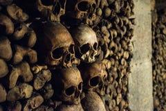 Schedels en beenderen in de Catacomben van Parijs Royalty-vrije Stock Afbeeldingen