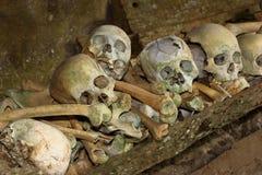 Schedels en sigaretten in TampangAllo-begrafenishol in Tana Toraja indonesië Stock Afbeelding
