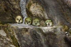 Schedels en sigaretten in TampangAllo-begrafenishol in Tana Toraja indonesië Stock Afbeeldingen