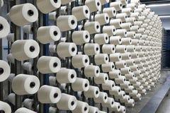 Scheeftrekkende machine in een textiel wevende fabriek Stock Foto