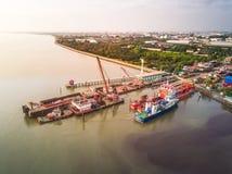 Scheepswerf bij estuarium bij de industriezone van Samutphrakarn in Thailand Stock Fotografie