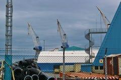 Scheepswerfgebied met grote kranen in Haugesund, Noorwegen Royalty-vrije Stock Afbeeldingen