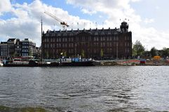 Scheepvaarthuis do Het - excursão do barco ao longo dos canais de Amsterdão, Holanda, Países Baixos imagem de stock
