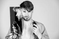 Scheert of scheert niet Mens met half geschoren gezichtskin en baard stock foto's