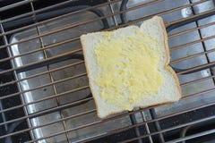 Scheibe brot mit Butter auf einem Toaster Lizenzfreies Stockfoto