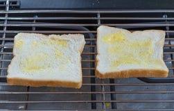 Scheibe brot mit Butter auf einem Toaster Stockbild