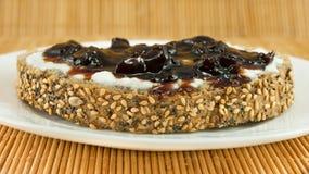 Scheibe brot mit Jogurt und Sauerkirsche stauen, das perfekte Frühstück Lizenzfreie Stockfotos