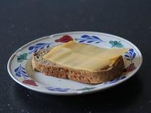Scheibe brot mit Käse auf einer Platte in der Küche stockfotografie