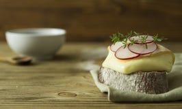 Scheibe brot mit Käse und Rettich Stockfotografie
