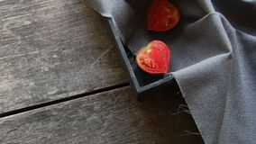 Scheibe der frischen Tomate in der Herzform sehr viele Fleischmehlklöße stock footage