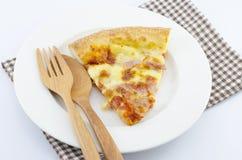 Scheibe der geschmackvollen Pizza auf der Platte mit Gabel Lizenzfreie Stockbilder