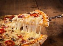 Scheibe der heißen Pizza Stockfoto