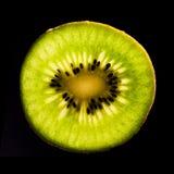 Scheibe der Kiwi auf Schwarzem lizenzfreie stockbilder