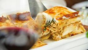 Scheibe der Lasagne für Abendessen stock footage