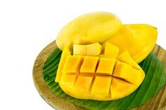 Scheibe der Mango auf dem Hacken des Holzes, Isolat stockfoto