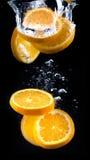 Scheibe der Orange im Wasser mit Blasen Stockfotografie
