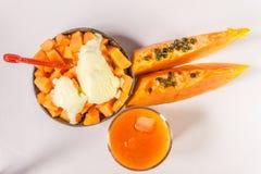 Scheibe der Papaya lokalisiert auf dem weißen Hintergrund Lizenzfreies Stockfoto