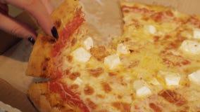 Scheibe der Pizza in der Hand stock video