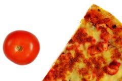 Scheibe der Pizza und der Tomate lizenzfreies stockbild