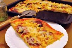 Scheibe der selbst gemachten Pizza Stockfotos