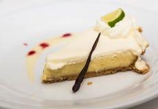 Scheibe der Torte der echten Limette geschmückt mit Schokoladen-Stroh Lizenzfreies Stockfoto