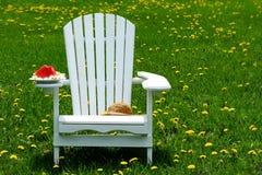 Scheibe der Wassermelone auf adirondack Stuhl Stockbild